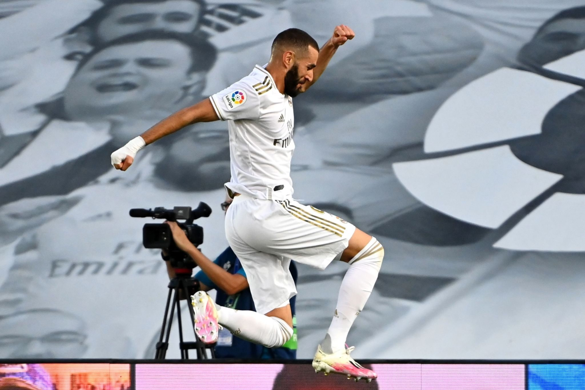 Video) Karim Benzema tucks home controversial penalty to put Real ...