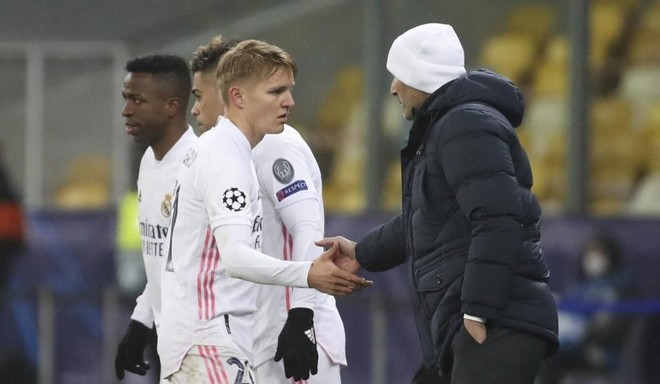 Watch: Odegaard, unused in Madrid's Supercopa exit to Athletic, warms down alone